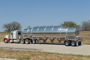 Vacuum Pneumatic Tank Trailer Rear with Tractor
